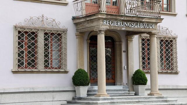 Der Eingang des Schwyzer Regierungsgebäudes.