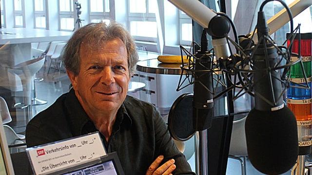 Guido Tognoni en il studio da radio da SRF.