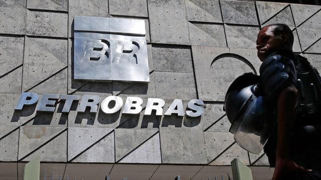 Polizist vor Petrobras-Gebäude