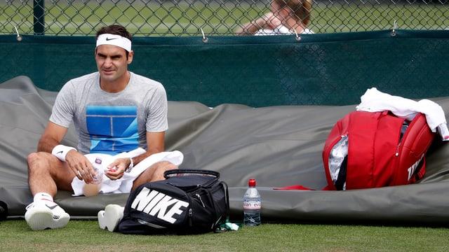 Roger Federer. sitzt am Boden