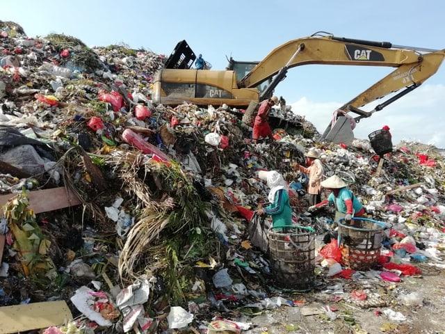 Müllsammlerinnen suchen nach Brauchbarem.