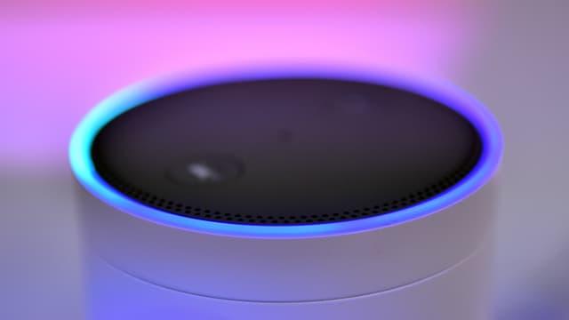 Ein Lautsprecher vor farbigem Licht.