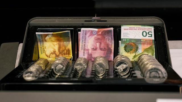 Kasse mit Schweizer Noten und Münzen