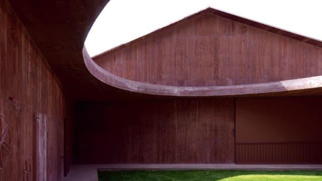 Fotografia da la curt interna da l'atelier da Linard Bardill a Scharàns