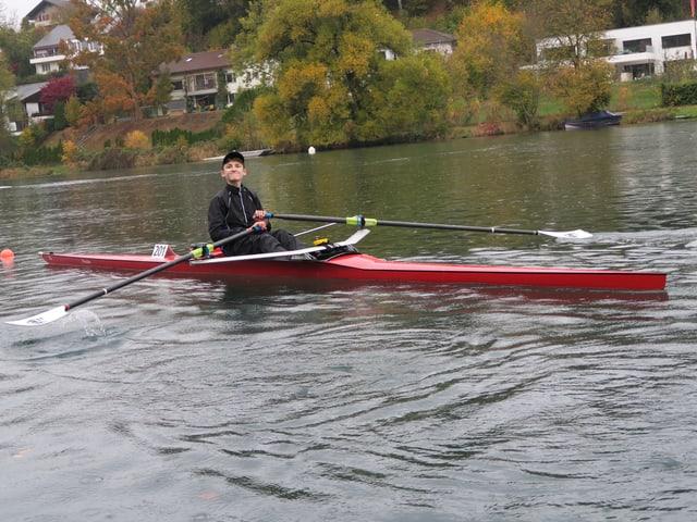 Der 15jährige Tom Schlunegger sitzt in seinem Skiff auf dem Wohlensee.