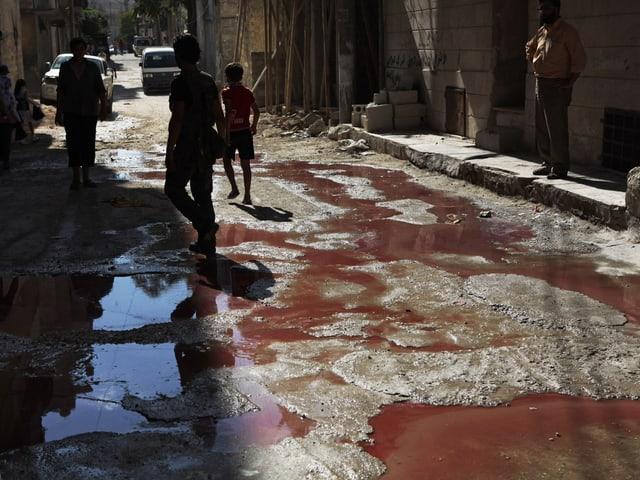 Eine Strasse, überströmt mit Blut.
