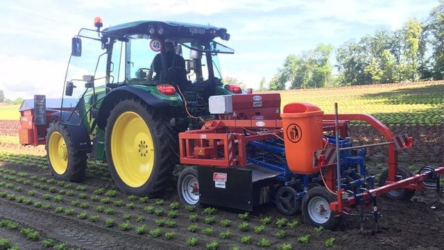 Traktor mit Hackroboter
