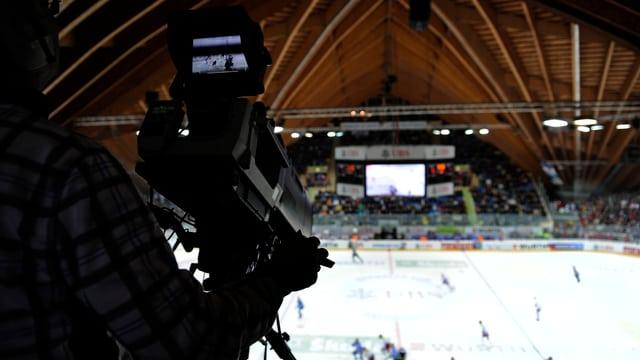 Eine kamera filmt ein Eishockey-Spiel.