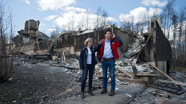 La primministra da la provinza Alberta Rachel Notley ed il primminister canadais Justin Trudeau entamez las ruinas.