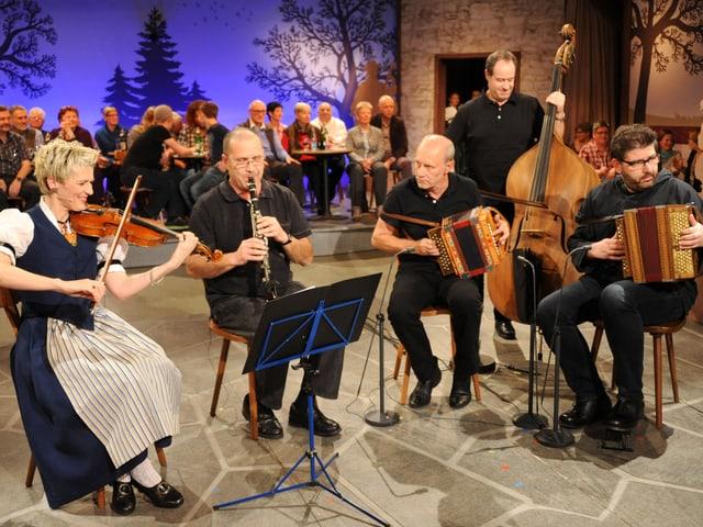 Die Kapelle Res Bracher mit Barbara Betschart (Geige), Res Bracher (Klarinette), Werner Amacher und Markus Flueckiger (Oergeli) und Stephan Keiser (Kontrabass)
