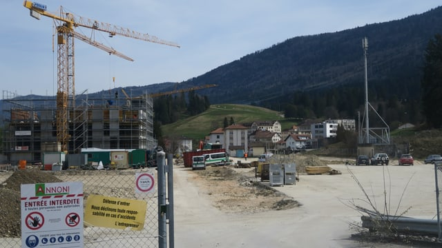Blick auf die Baustelle mit drei Kranen