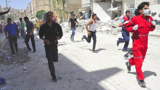 Menschen rennen um ihr Leben in Syrien.