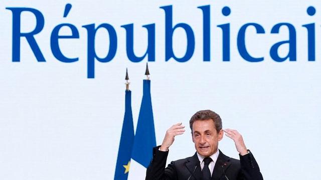 Nicolas Sarkozy bei seiner Rede. Hinter ihm das neue Logo der Partei «Les Républicains».