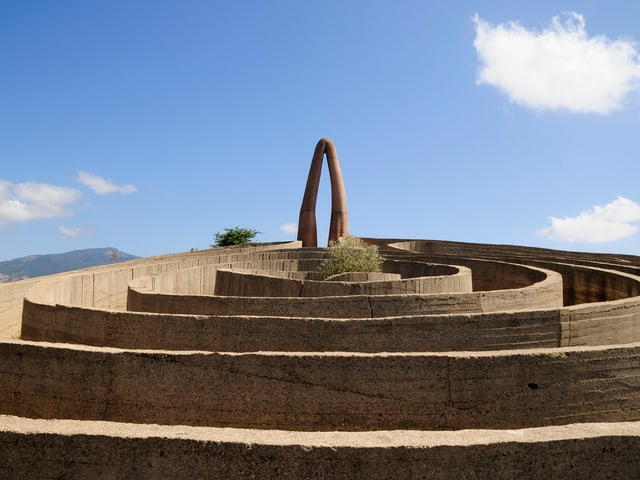 Eine Skulptur in Form eines Labyrinths.