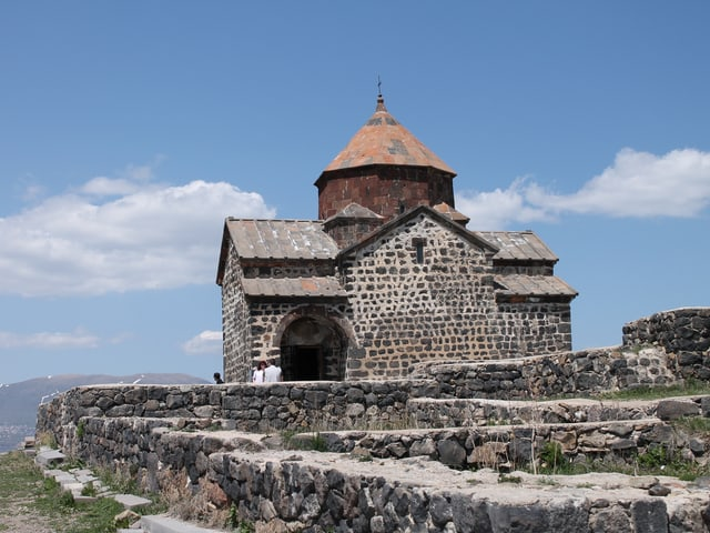 Kloster auf einer Anhöhe.