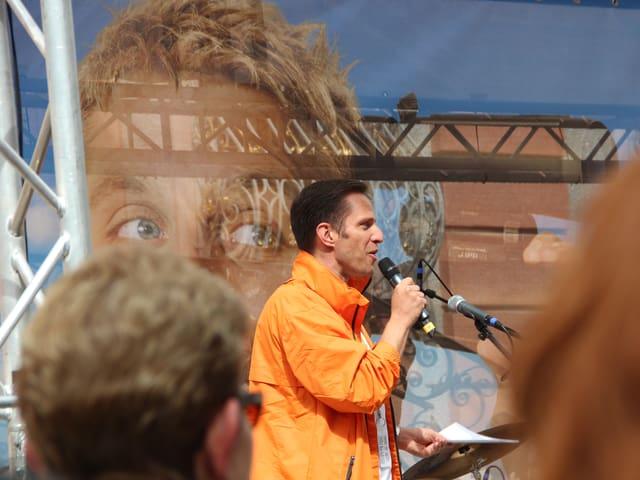 Adrian Küpfer von der Seite auf der Bühne.