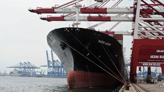 In bastiment da containers en in port.
