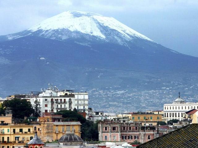 Der Vesuv, im Vordergrund die Stadt Neapel