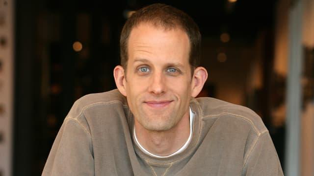 Regisseur Pete Docter schaut lächelnd in die Kamera.
