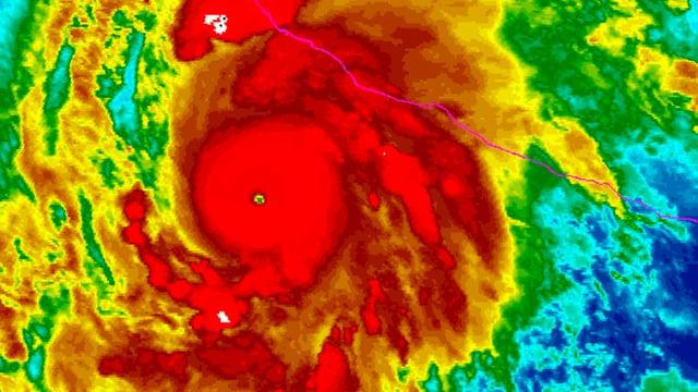 Verschiedene Farben zeigen auf dem Satellitenbild die Wolken. Mit rot sind die herumgeschleuderten Wolken vom Hurrikan Patricia gezeichnet. In der Mitte gibt es ein gelber Punkt, das Auge des Hurrikans.