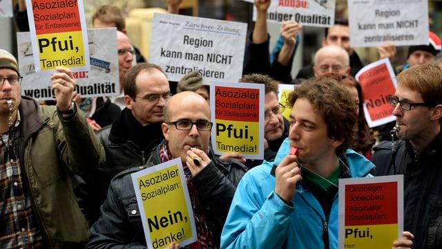 Journalisten protestieren mit einem Pfeifkonzert und Pfui-Plakaten gegen den Sozialplan von Tamedia.