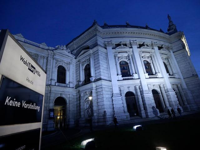 Die Aussenansicht des berühmten Wiener Burgtheaters bei Nacht.