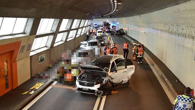 In auto è collidà cun dus autos che vegnivan encunter. Situaziun en tunnel.