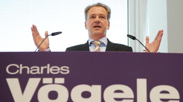 Markus Voegeli während einer Medienkonferenz auf der Bühne