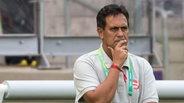 Tahitis Trainer Eddy Etaeta muss seine Spieler auf die Partie gegen Spanien vorbereiten.