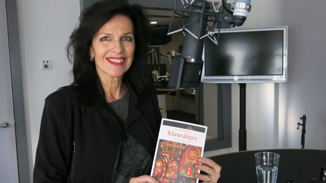 Autorin Silvia Götschi mit ihrem neuesten Kriminalroman «Klausjäger», der in Küssnacht am Rigi spielt