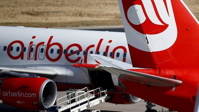 """Schriftzug """"Air Berlin"""" an einem Flugzeug, rechts davon die Heckflosse einer weiteren Maschine"""