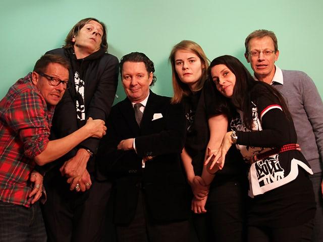 Die Jury quetscht sich für ein Gruppenbild zum Thema Dichtestress zusammen