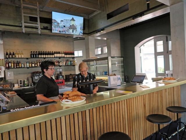 Neue Bar in einem alten Gebäude, zwei Frauen stehen hinter der Theke.