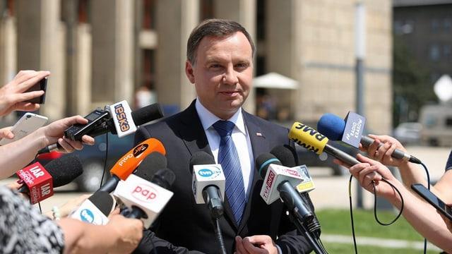 Andrzej Duda avant las medias.