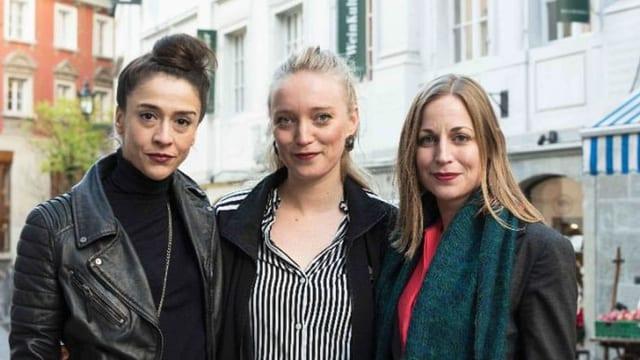 Drei Frauen stehen vor der Fassade eines Altstadthauses.