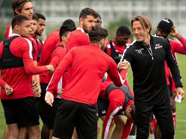 Paolo Tramezzani begrüsst seine Spieler vor dem Training am Donnerstag.
