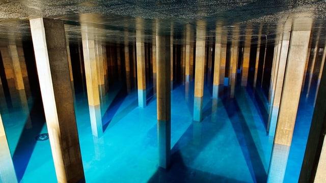Das gefüllte Trinkwasser-Reservoir in der Kaverne Lyren in Zürich.