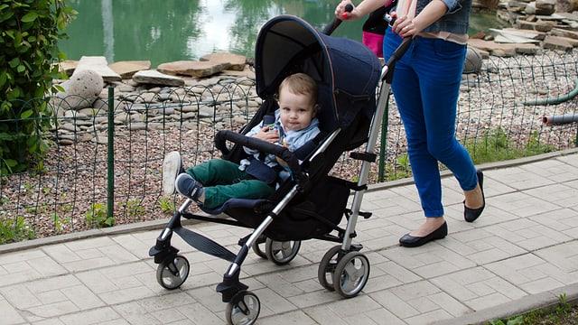 Kleinkind im Buggy im Park