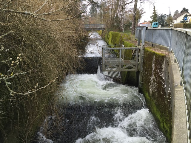 Kanalisierter Bach mit Betonmauern auf beiden Seiten
