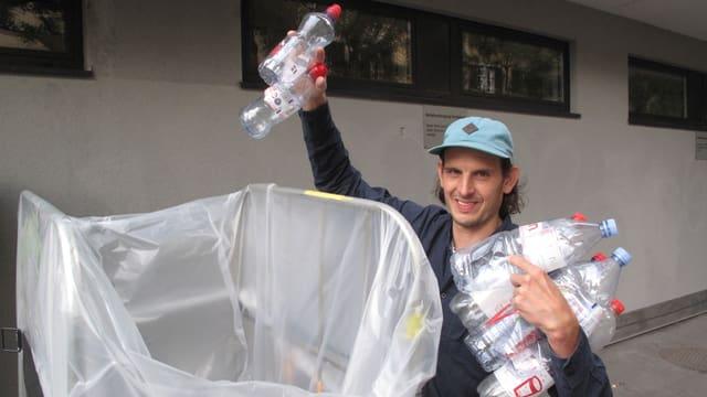 Ein Mann entsorgt PET-Flaschen