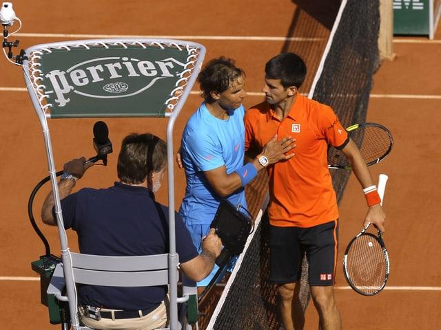 Rafael Nadal gratuliert Novak Djokovic zum Sieg.