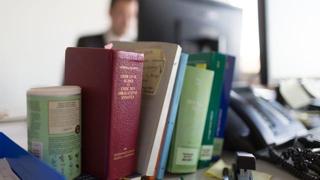 Eine Reihe von Büchern auf einem Pult.