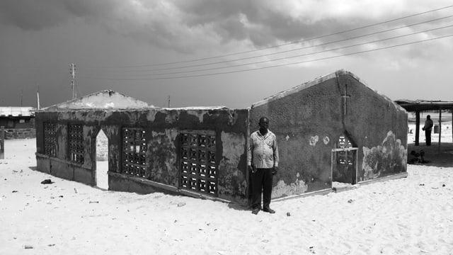 Schwarz-Weiss-Aufnahme: Die Kirche, von der nur noch die Mauern stehen, versinkt im Sand.