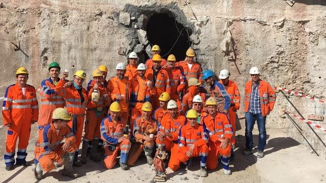 Ils miniers davant la rusna dal tunnel.