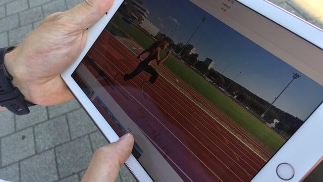 Ein Tablet mit Aufnahmen von Abassia Rahmanis Sprints auf der Bahn.