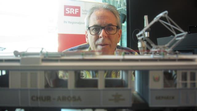 Werner Capatt und im Vordergrund ein Modell einer RhB-Lok