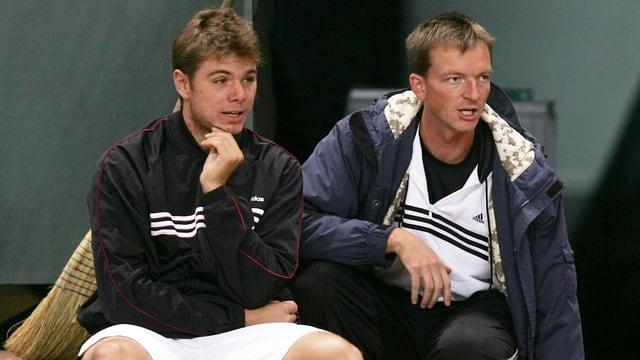 Dimitri Zavialoff sitzt neben Stan Wawrinka.