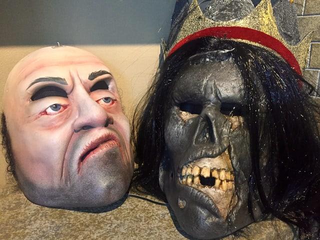 Dieses Jahr hat die Gruppe sogenannte «Doppelmasken». Unter dem netten Gesicht, das angehoben werden kann, verbirgt sich ein gruseliger Totenschädel.
