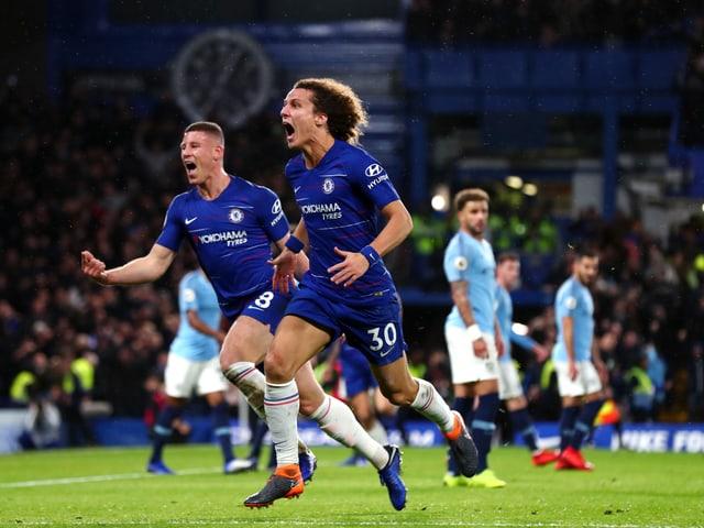 David Luiz stürmt nach dem 2:0 zu den Chelsea-Fans.
