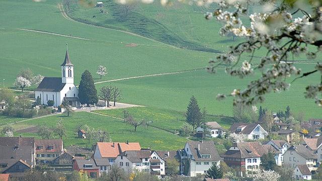 Arisdorf mit Kirche und Dorf